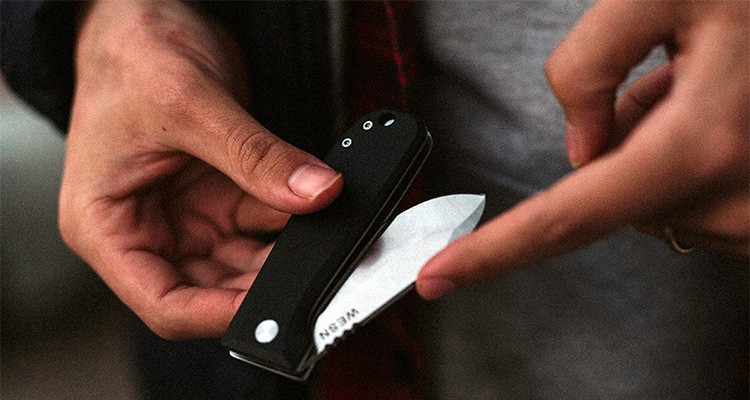 How to close a knife safely